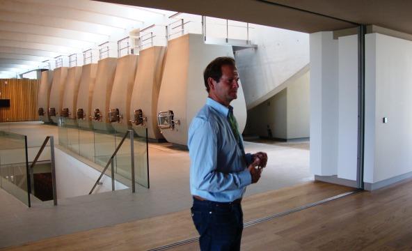 Pierre Lurton à Cheval Blanc dans le nouveau chai, oeuvre du grand architecte Christian de Portzamparc