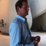 Pierre Lurton dans le nouveau chai de Cheval Blanc